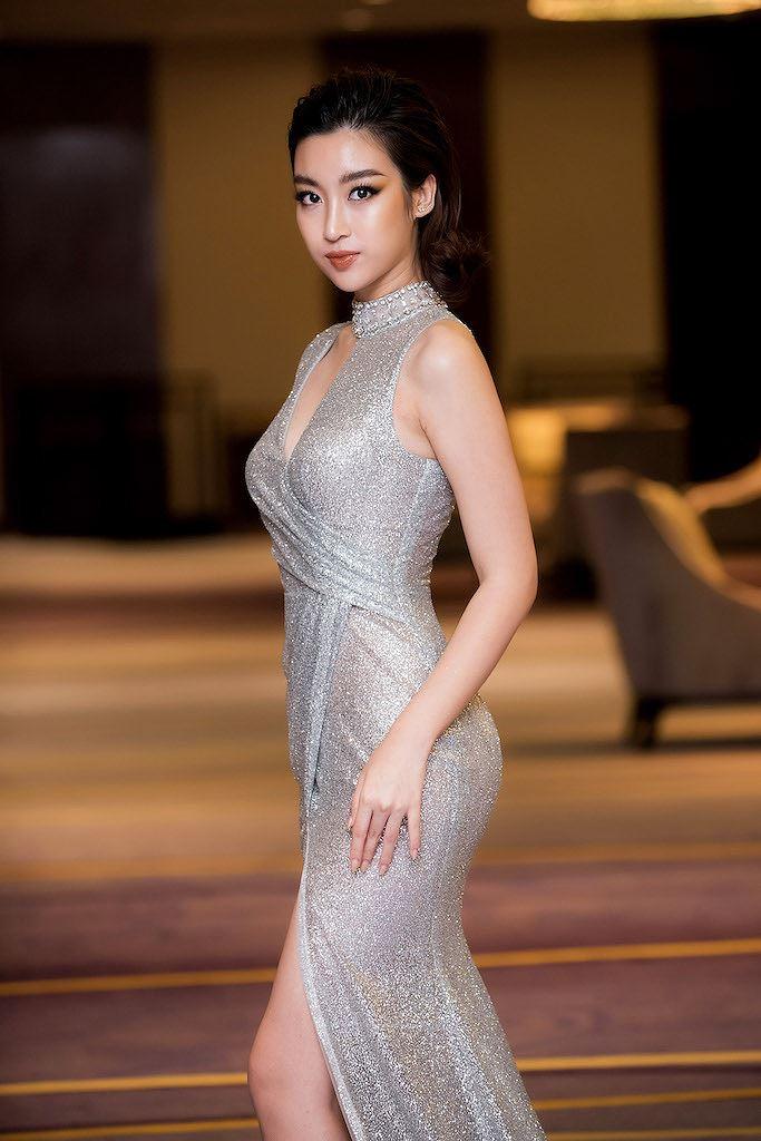 Hoa hậu Đỗ Mỹ Linh thần thái quyến rũ với váy ánh bạc cut-out táo bạo - Hình 6