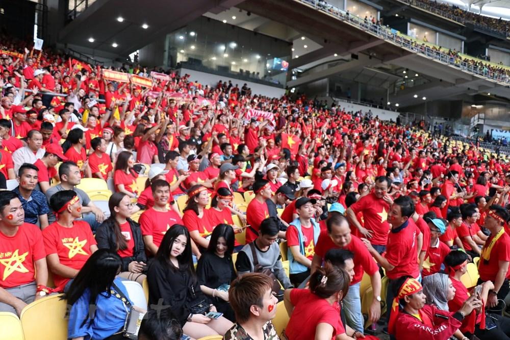 Hình ảnh cổ động viên Việt Nam phủ đỏ khán đài sân Bukit Jalil - Hình 3