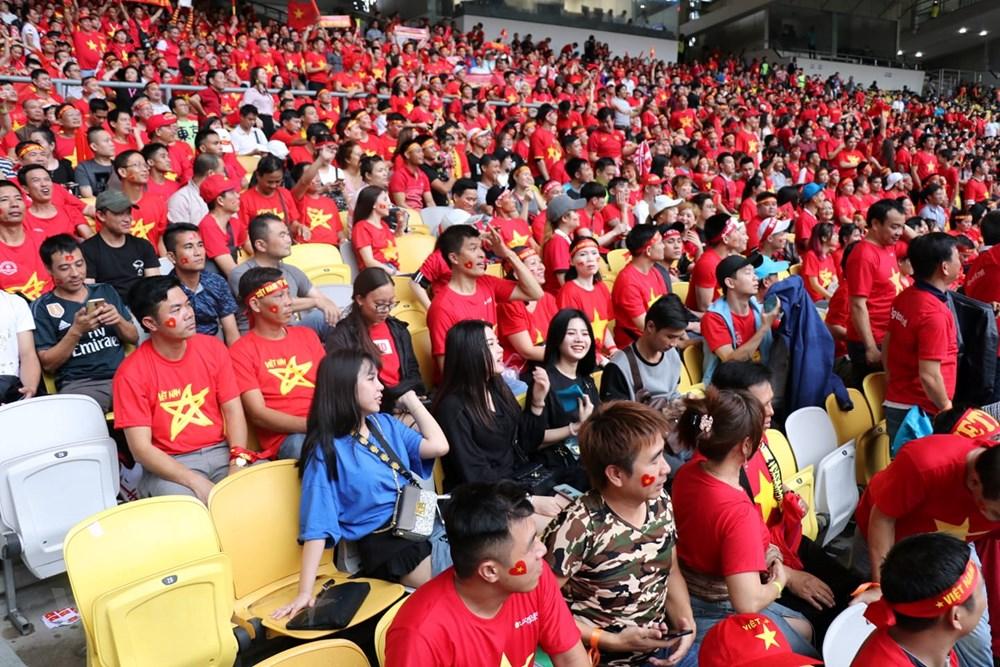 Hình ảnh cổ động viên Việt Nam phủ đỏ khán đài sân Bukit Jalil - Hình 4
