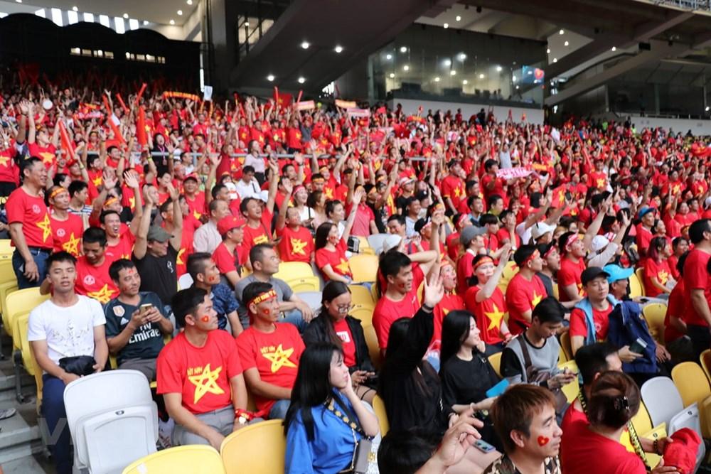 Hình ảnh cổ động viên Việt Nam phủ đỏ khán đài sân Bukit Jalil - Hình 2