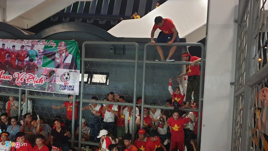 Hơn 100 CĐV Việt Nam bức xúc, trèo rào vào xem chung kết AFF Cup - Hình 11