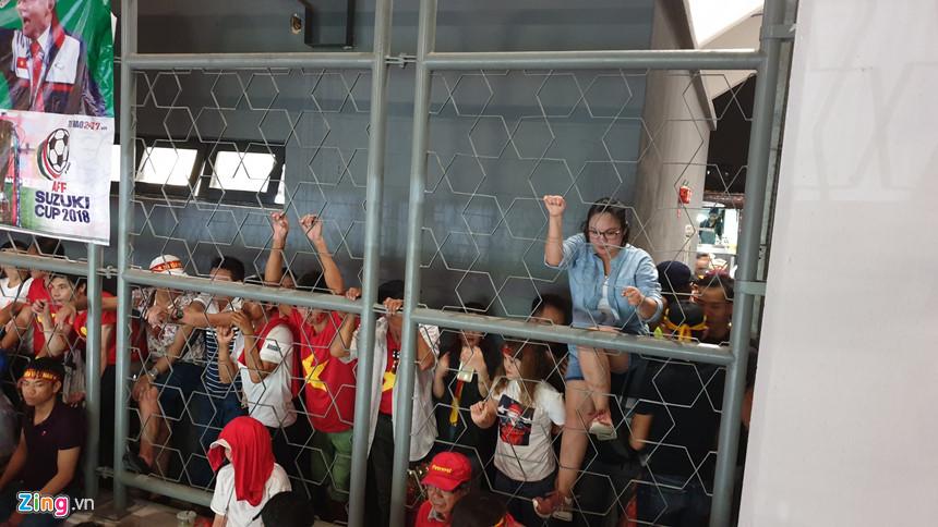 Hơn 100 CĐV Việt Nam bức xúc, trèo rào vào xem chung kết AFF Cup - Hình 9