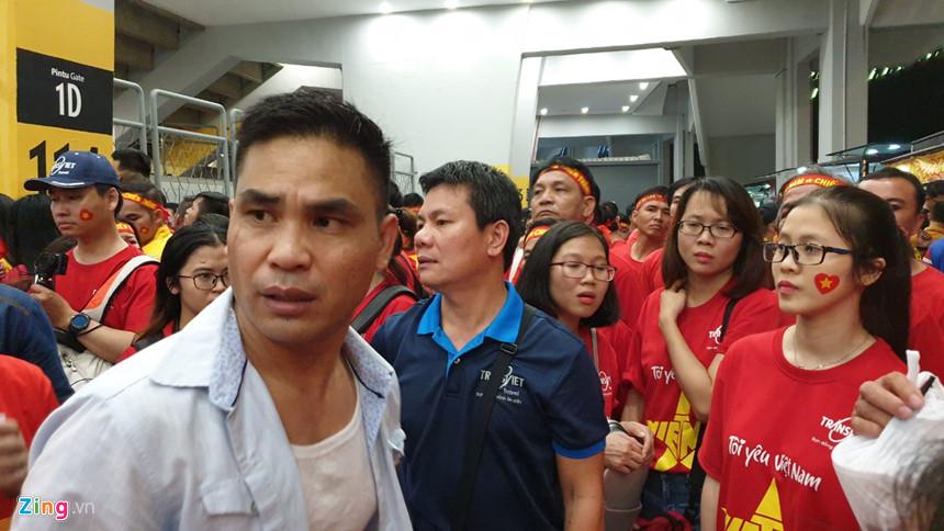 Hơn 100 CĐV Việt Nam bức xúc, trèo rào vào xem chung kết AFF Cup - Hình 2