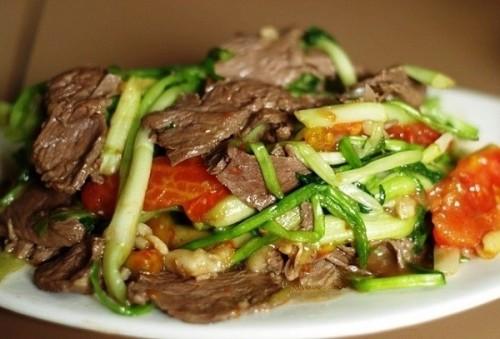 Thịt bò xào rau cần giòn ngon - Hình 1