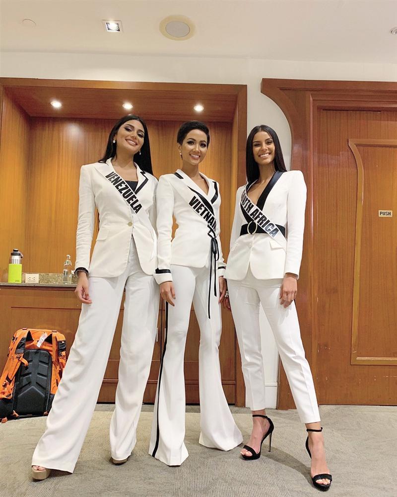 AI CŨNG TÒ MÒ: Trong phòng phỏng vấn kín tại Miss Universe 2018, giám khảo hỏi HHen Niê điều gì? - Hình 1