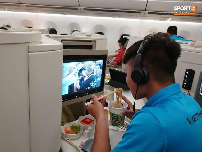 Chỉ với bức ảnh ăn mì tôm trên máy bay, Quang Hải đã được dân mạng soi ra hai đặc điểm lạ cực thú vị - Hình 1