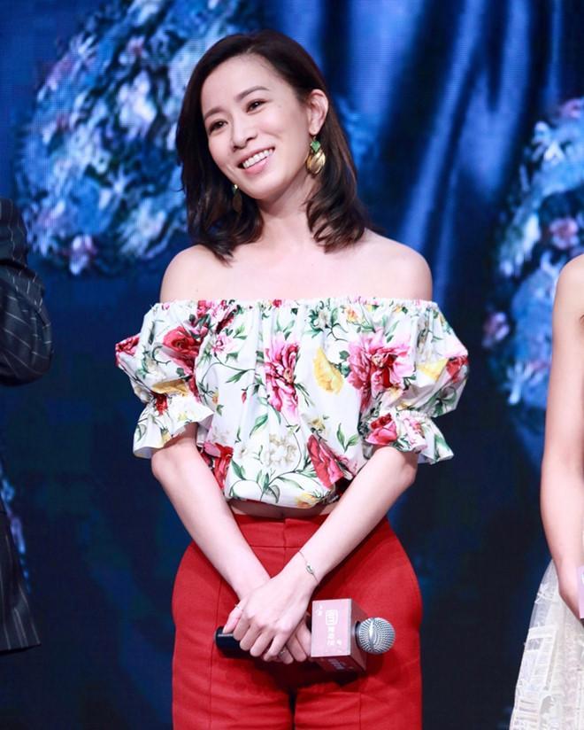 Hai chị đại thành công nhất của TVB: Đã ngoại tứ tuần vẫn miệt mài đóng phim và dự sự kiện - Hình 4
