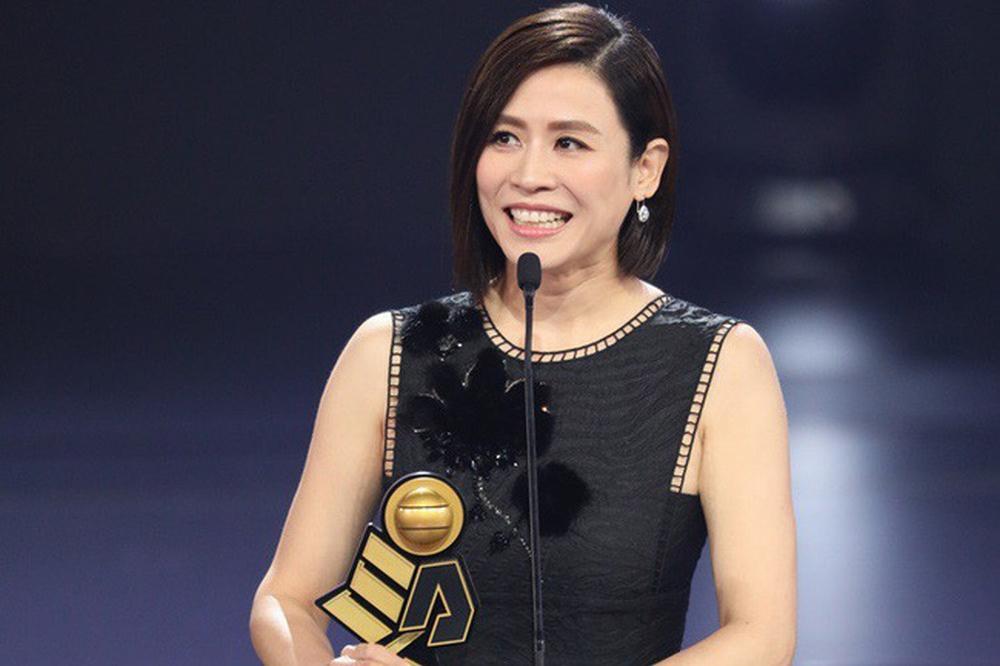 Hai chị đại thành công nhất của TVB: Đã ngoại tứ tuần vẫn miệt mài đóng phim và dự sự kiện - Hình 9