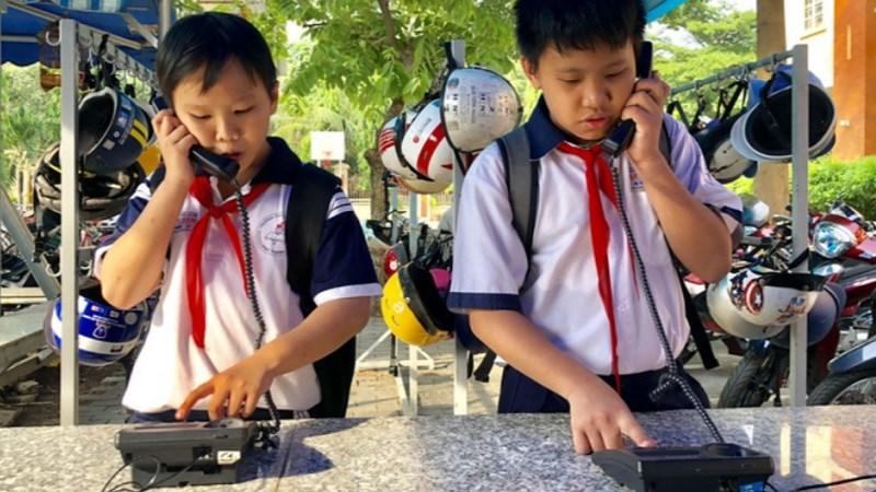 Trường lắp điện thoại bàn để học trò ít dùng di động - Hình 1