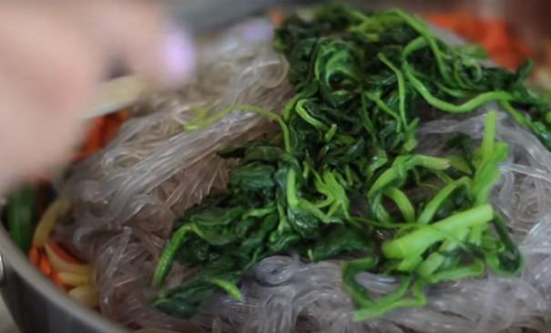 Bữa trưa cuối tuần tôi chỉ nấu mỗi món miến xào kiểu Hàn mà cả nhà nức nở khen ngợi - Hình 7