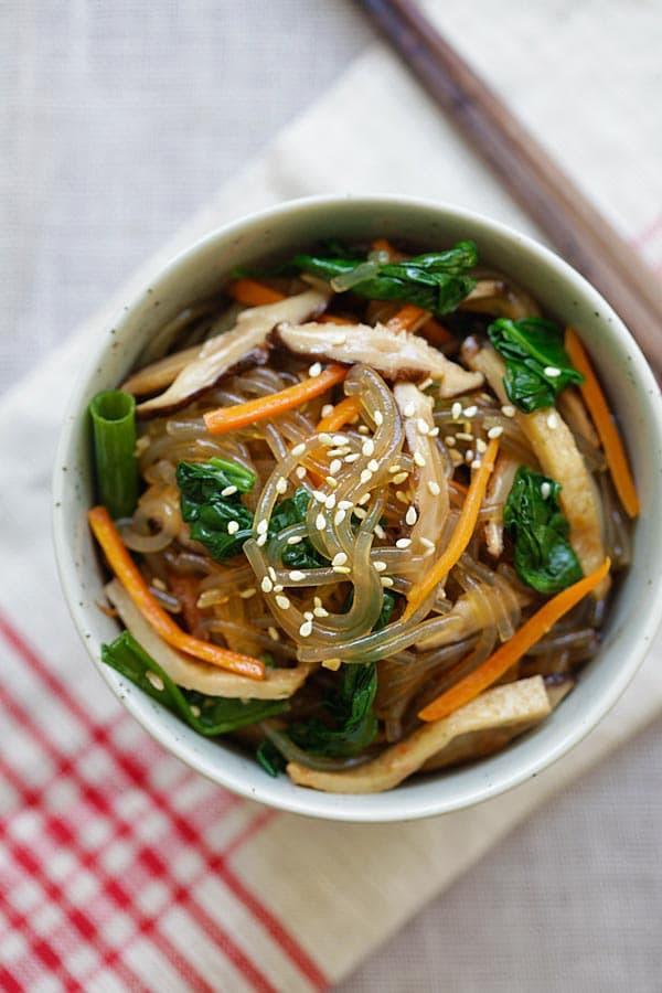 Bữa trưa cuối tuần tôi chỉ nấu mỗi món miến xào kiểu Hàn mà cả nhà nức nở khen ngợi - Hình 10