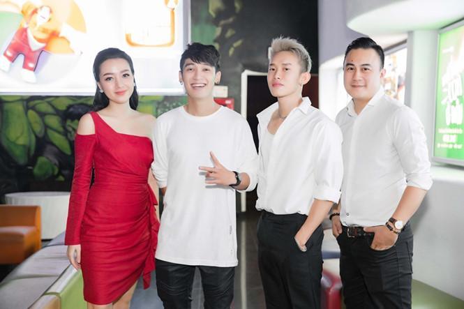 Mỹ nhân Việt đua nhau diện đầm đỏ trước thềm Giáng sinh, ai xuất sắc nhất? - Hình 1