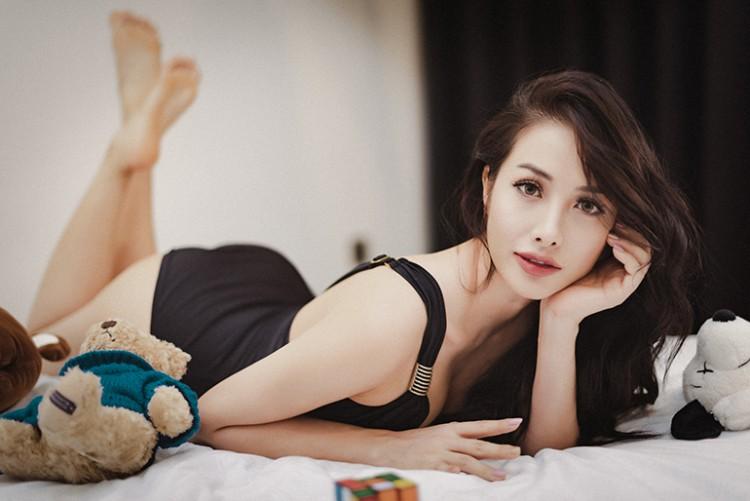 Lee Hyori Việt khoe đường cong đẹp mắt với monokini đen gợi cảm - Hình 5