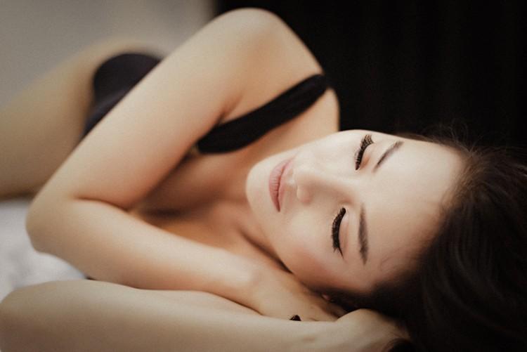 Lee Hyori Việt khoe đường cong đẹp mắt với monokini đen gợi cảm - Hình 2