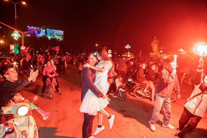 Việt Nam thắng sẽ tỏ tình với người bình luận đầu tiên và bộ ảnh cưới sau 10 tháng trong đêm lịch sử của bóng đá - Hình 8