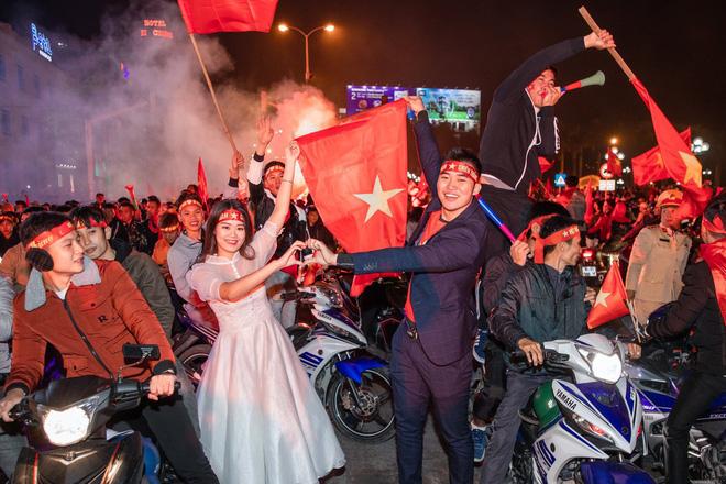 Việt Nam thắng sẽ tỏ tình với người bình luận đầu tiên và bộ ảnh cưới sau 10 tháng trong đêm lịch sử của bóng đá - Hình 4