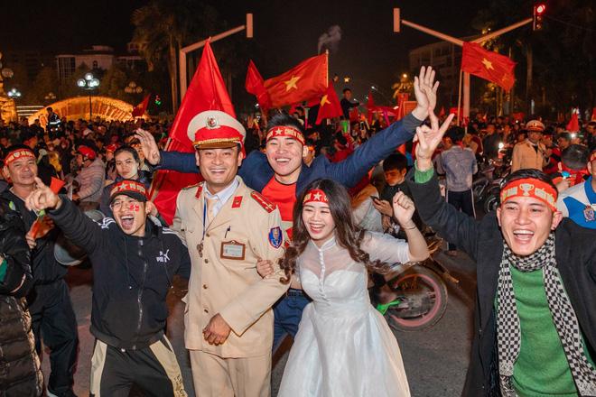 Việt Nam thắng sẽ tỏ tình với người bình luận đầu tiên và bộ ảnh cưới sau 10 tháng trong đêm lịch sử của bóng đá - Hình 5