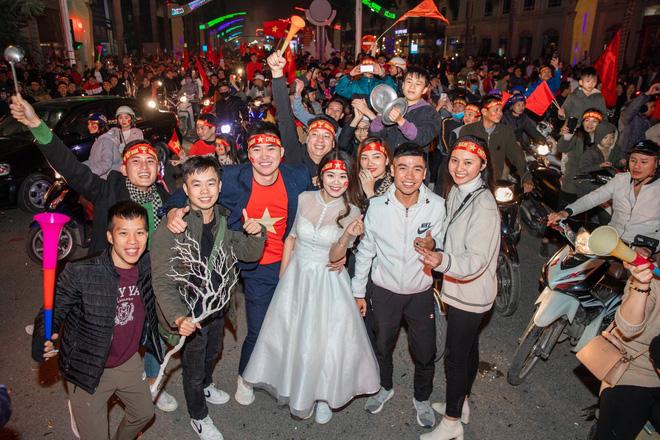 Việt Nam thắng sẽ tỏ tình với người bình luận đầu tiên và bộ ảnh cưới sau 10 tháng trong đêm lịch sử của bóng đá - Hình 11