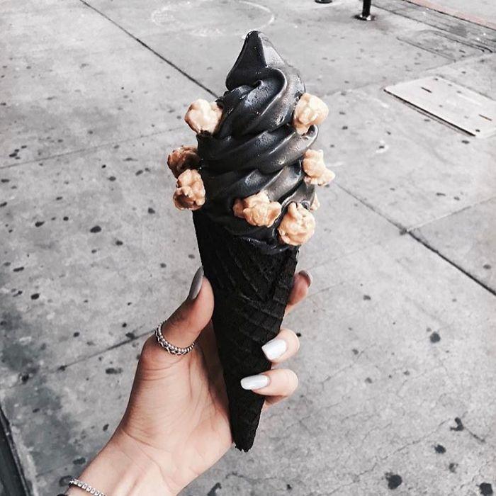 Sốt xình xịch với loại kem tinh than đen xì thấy ghê nhưng ăn là mê - Hình 7