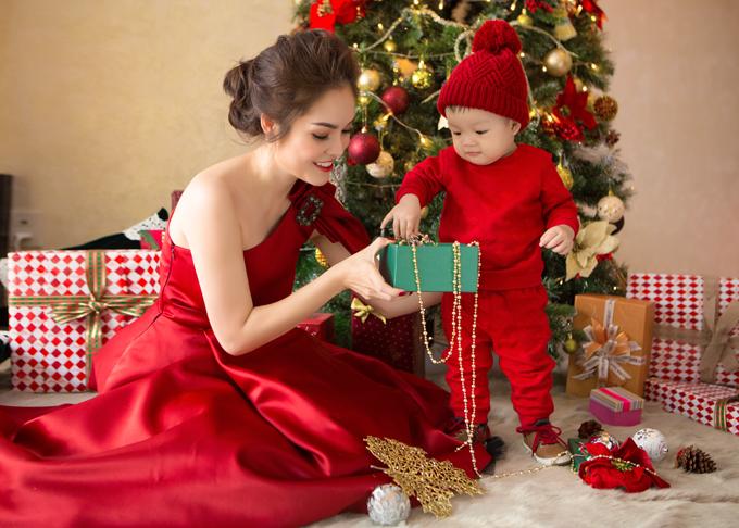Dương Cẩm Lynh chụp ảnh Giáng sinh cùng con trai - Hình 5