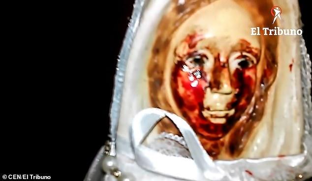 Video: Tượng Đức mẹ Maria lần thứ 38 khóc ra máu ở Argentina - Hình 1