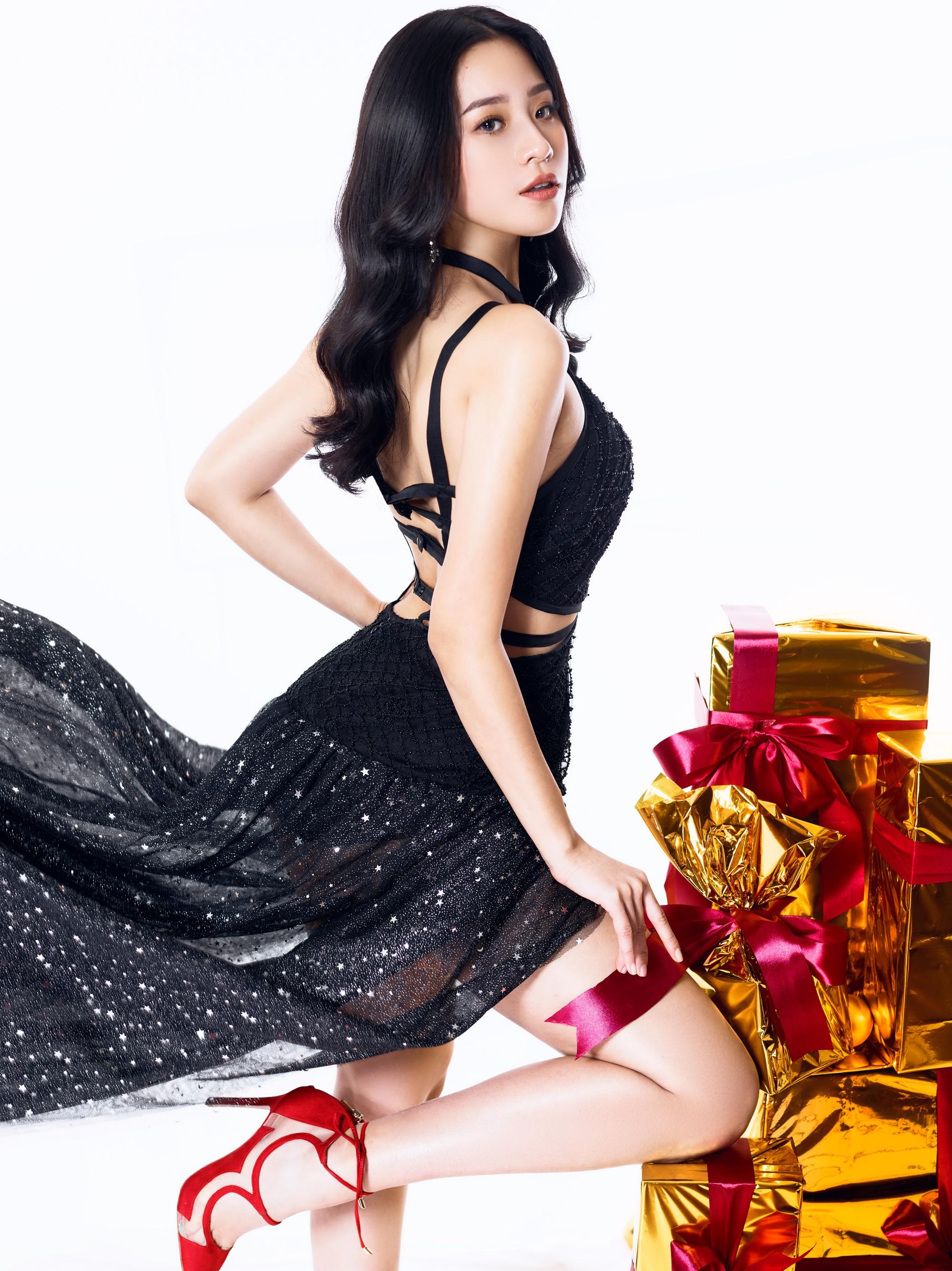 Người đẹp gây nuối tiếc nhất Hoa hậu Việt Nam 2018 tung ảnh Noel rực rỡ - Hình 8
