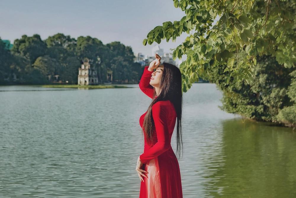 BB Trần gây sốt CĐM với loạt ảnh duyên dáng trong tà áo dài đỏ rực khiến hội bánh bèo ghen tị - Hình 2