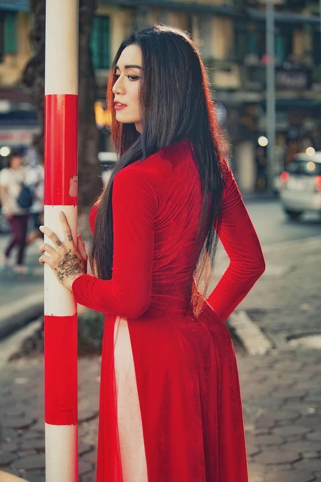 BB Trần gây sốt CĐM với loạt ảnh duyên dáng trong tà áo dài đỏ rực khiến hội bánh bèo ghen tị - Hình 16