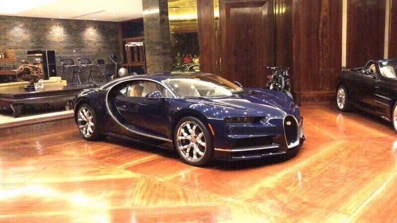 Siêu phẩm Bugatti Chiron đầu tiên tại Campuchia di chuyển trên đường phố giữa vòng vây của xe máy - Hình 4