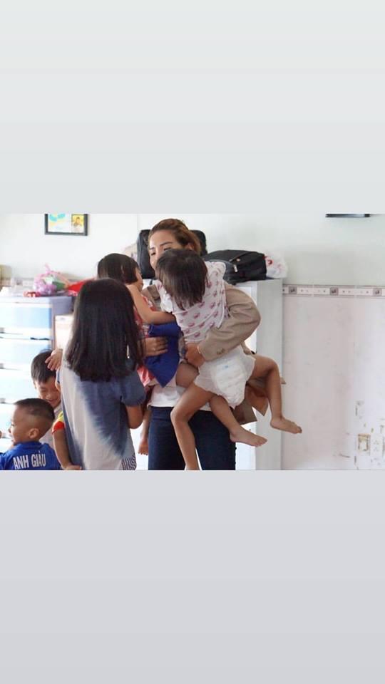 Vũ Cát Tường 'rũ bỏ' hình ảnh Leader thoải mái cười hết cỡ khi đi từ thiện - Hình 3