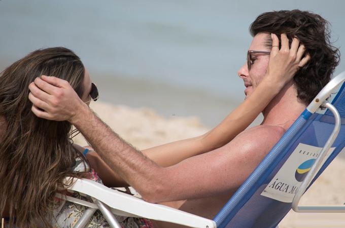 alessandra ambrosio tinh tu voi ban trai doanh nhan tren bai bie a081a4 Alessandra Ambrosio tình tứ với bạn trai doanh nhân trên bãi biển