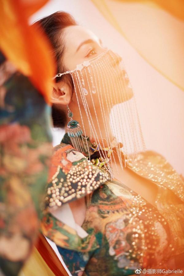 Đối thủ nhan sắc của Địch Lệ Nhiệt Ba - Cáp Ni Khắc Tư mang vẻ đẹp tựa như tiên nữ trong Gala cuối năm - Hình 11