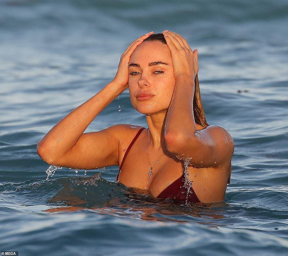 Kimberly Garner đep ngất ngây với đồ tắm 2 mảnh bé xíu - Hình 1