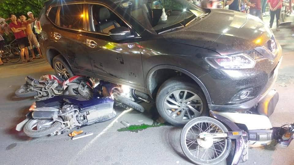 TP.HCM: Ô tô chạy lùi kéo loạt xe máy vào gầm, nhiều người nhập viện - Hình 1