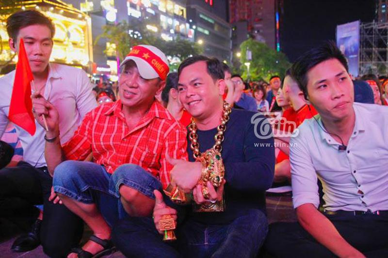 CĐV sáng nhất đêm nay: Đeo đầy vàng ra phố cổ vũ tuyển Việt Nam, 5 vệ sĩ đi theo bảo vệ - Hình 2