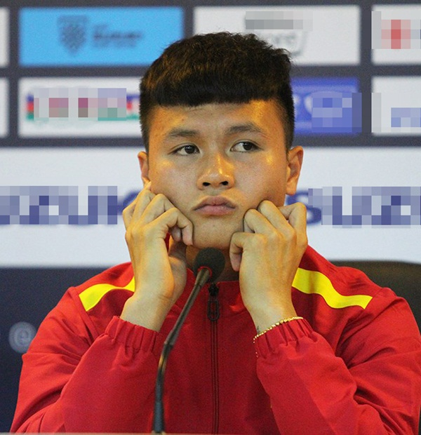Đi họp báo, bố Park chăm cầu thủ như con đẻ, ngay cả chi tiết nhỏ này thầy cũng để ý chỉnh cho 'thằng con' - Hình 2