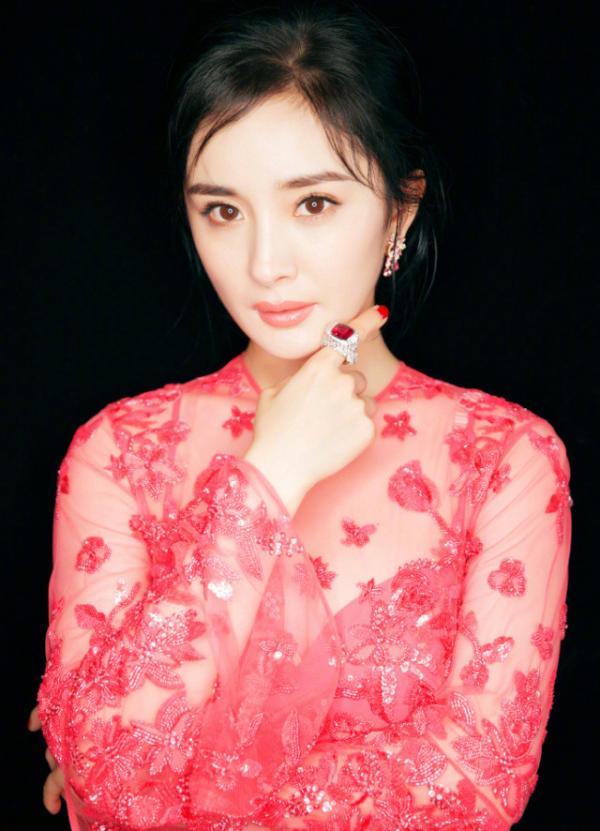 Hết đơ như tượng sáp, Dương Mịch lại khiến fan hú hồn khi mặc đồ như quấn áo mưa tại lễ trao giải - Hình 1