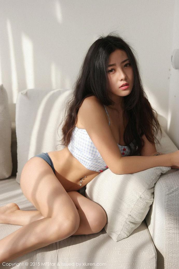 Hỏng mắt người xem với khuôn ngực tràn trề của Manuela trong bộ ảnh mới siêu bốc lửa - Hình 1