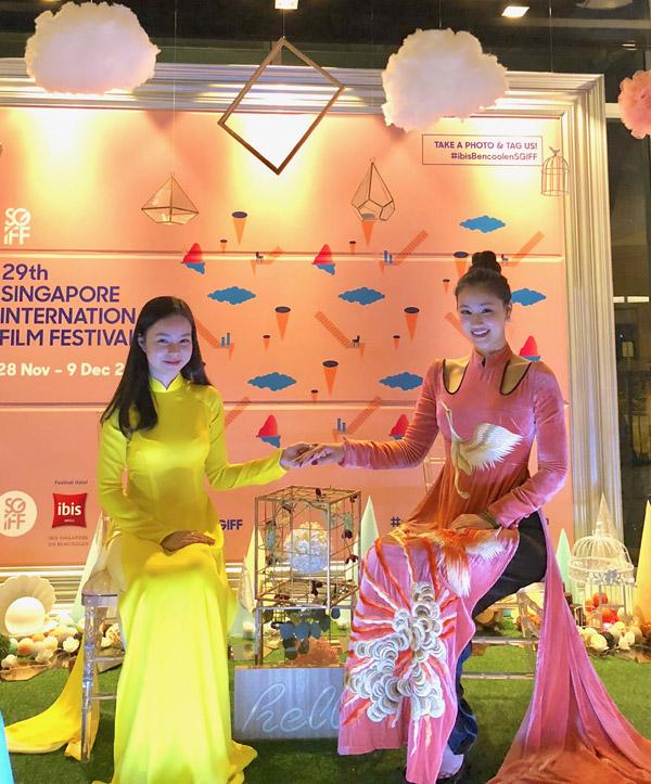 Maya đưa con gái cùng đi công tác Singapore - Hình 1