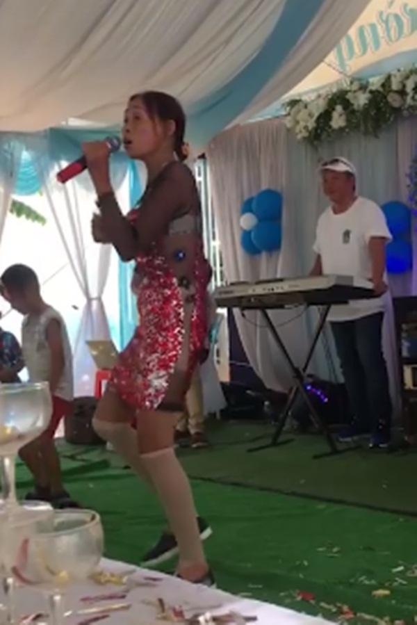 Sự thật đằng sau người đàn bà hát đám cưới bị cư dân mạng chỉ trích khiến cộng đồng mạng lặng người - Hình 1
