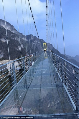 TQ xây cầu kính cao kỉ lục 1,9 km nối 2 thành phố - Hình 2