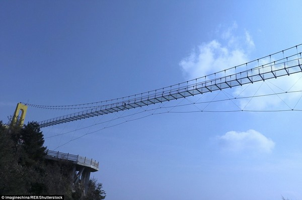 TQ xây cầu kính cao kỉ lục 1,9 km nối 2 thành phố