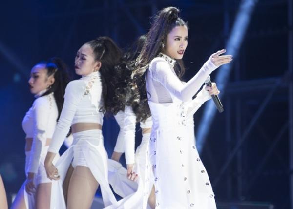 Đông Nhi 2017: Không cần hit, sự nghiệp vẫn 'nở hoa' với những thành công này
