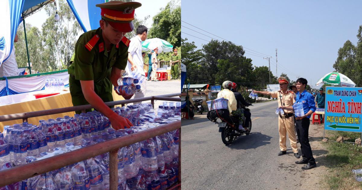 """CSGT """"lập chốt"""" phát khăn lạnh, nước suối cho người đi đường"""
