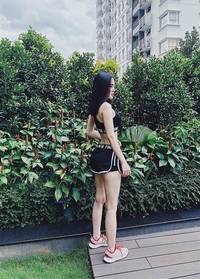 Vẻ nóng bỏng của em gái ruột Angela Phương Trinh