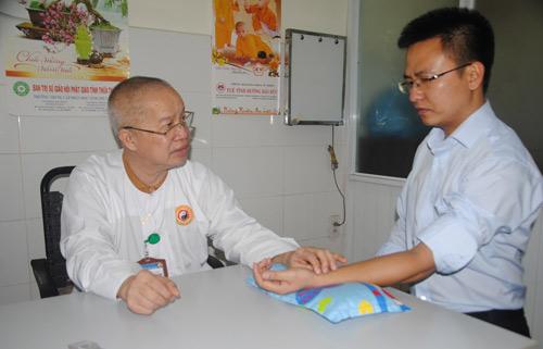 Trái tim Phật bên trong áo blouse trắng - Hình 2