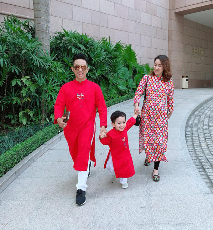 Khánh Thi bế bụng bầu đi du xuân cùng chồng Phan Hiển và con trai - Hình 1