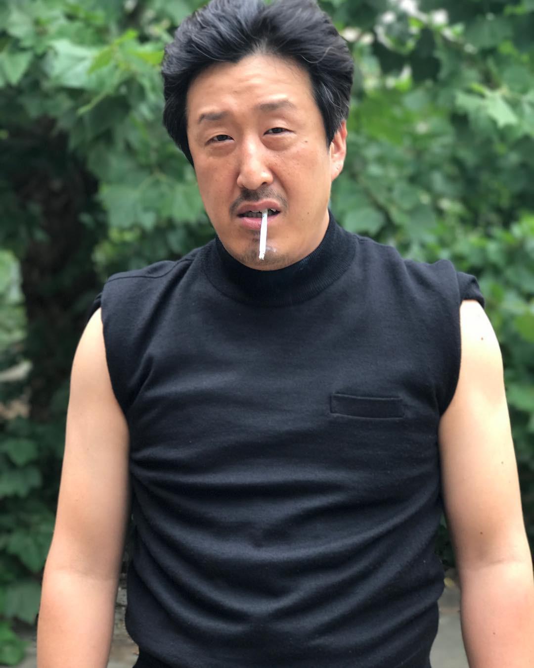 Không thể tin nam diễn viên Hàn Quốc tưởng đã ngoài 50 này chỉ hơn Song Joong Ki... 1 tuổi! - Hình 1
