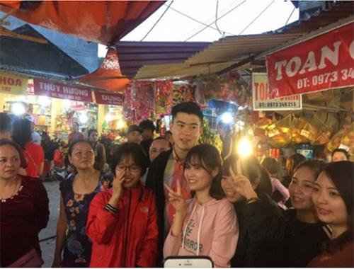 Duy Mạnh U23 đi lễ chùa đầu năm cũng bị các fan nữ quây trói - Hình 1