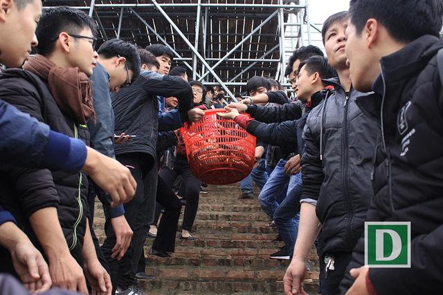 Hàng vạn người dự Lễ phóng sinh, hơn 5 tấn cá được thả xuống sông Hồng - Hình 11